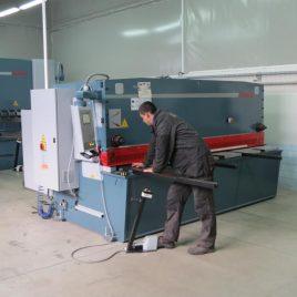 Електрохидравлична гилотина със CNC управление