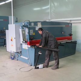 Electrohydraulic shearing machine with CNC controlled