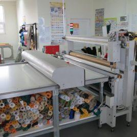 Automatic cutting plotter for orthogonal cutting of acrylic fabrics